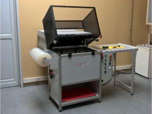Pelliplaqueuse semi-automatique 700 x 500 utilisée pour la réalisation de skin-pack - SCIENTAX // Semi-automatic skin-pack laminating machine 700 x 500 used for the production of skin-packs - SCIENTAX