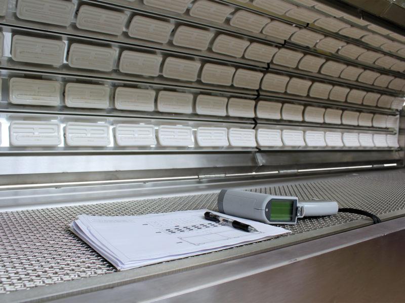 Panneau rayonnant équipé d'éléments chauffants infrarouges en céramique.