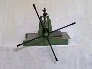 Découpeuse à rouleaux manuelle – SCIENTAX // Manual roller die-cutting machine - SCIENTAX