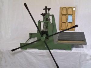 Découpeuse à rouleaux manuelle avec outil de découpe - SCIENTAX // Manual roll die-cutter with cutting tool - SCIENTAX